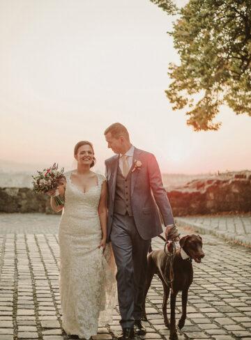 Brautpaar mit Hund bei Sonnenuntergang